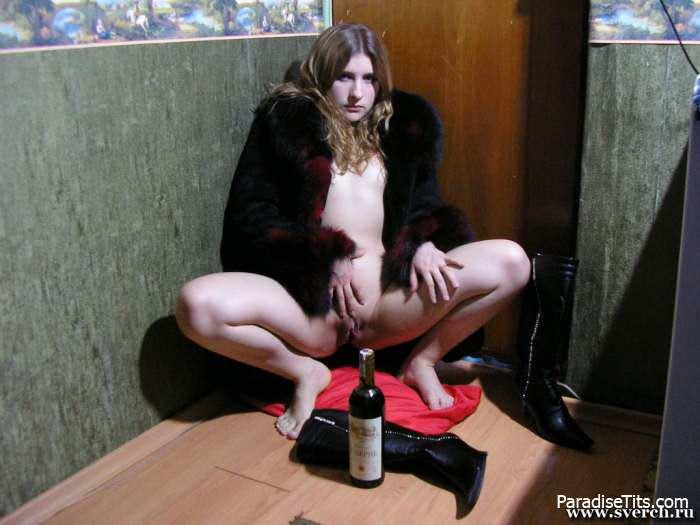 Молодая блондинка снимает на фото свою пизду