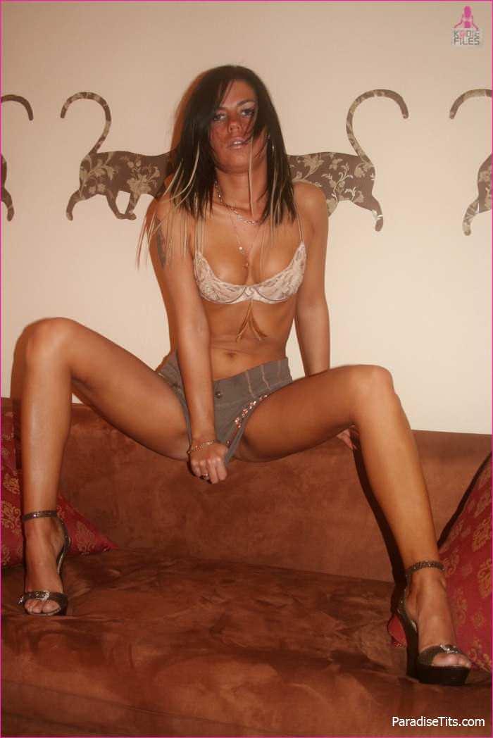 Порно фото гладко забритой пизды очаровательной брюнетки