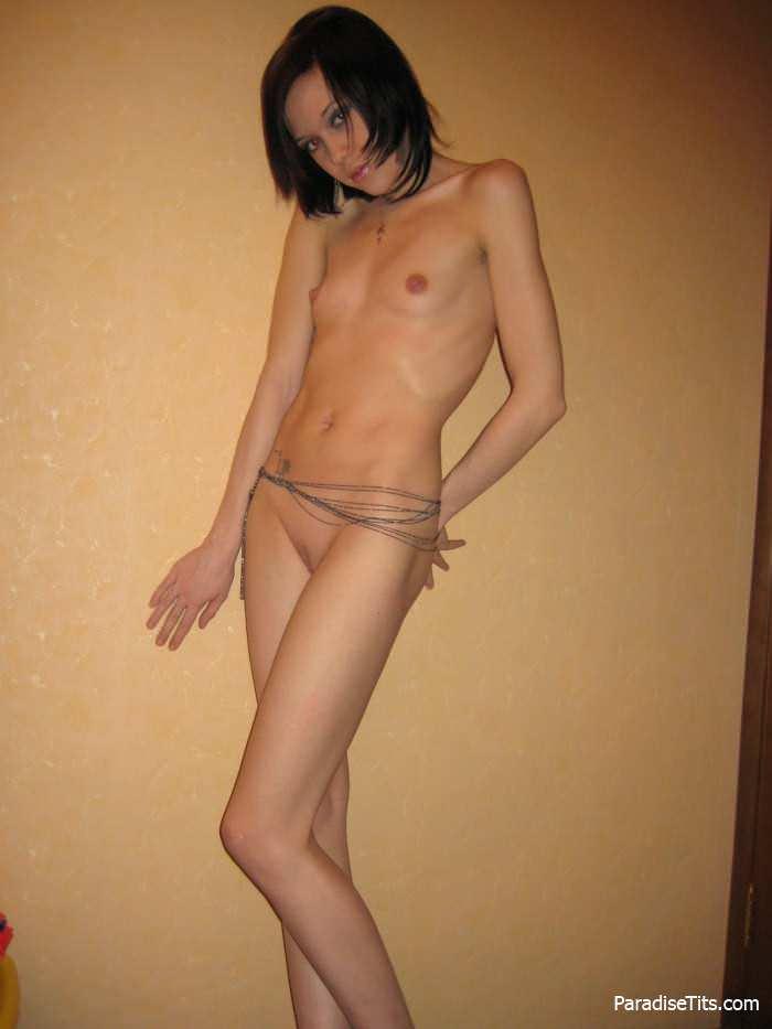 Русская брюнетка показывает свою бритую наголо пизду на фото