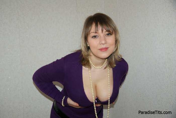 Зрелая женщина с огромными сиськами показывает на фото свой небритый анал и пизду