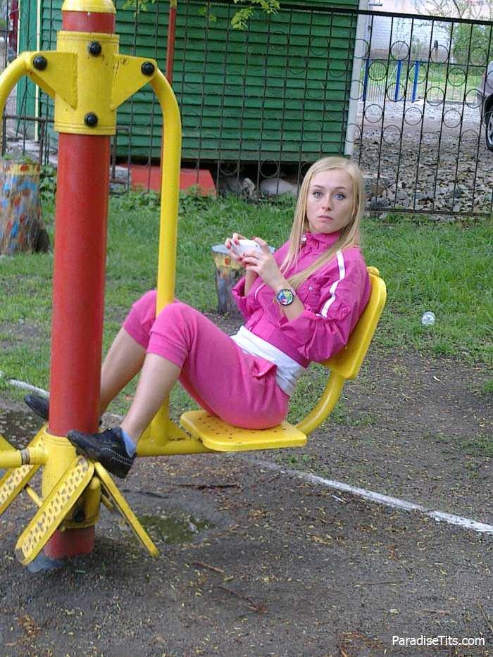 Домашнее порно фото: Русская блондинка Лена показывает пизду