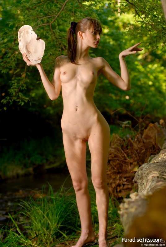 Порно фото абсолютно голой молоденькой девушки на природе
