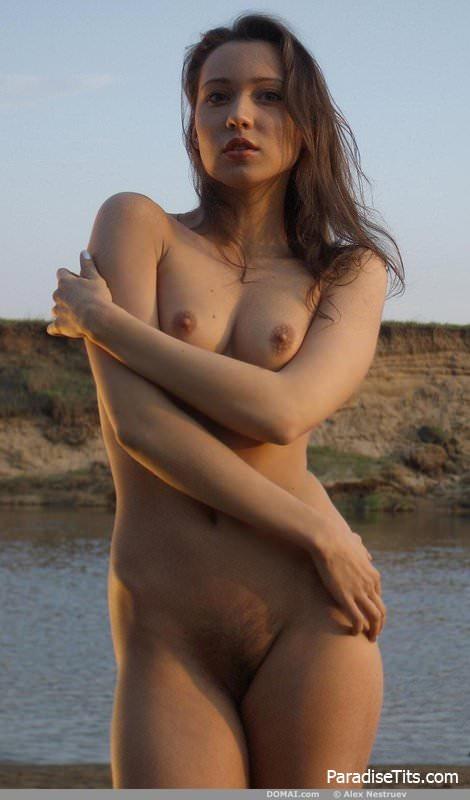Фото: телка с волосатой пиздой возле речки