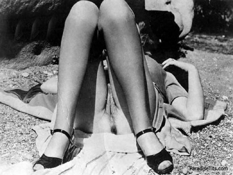 черно-белые фото девушек без трусов