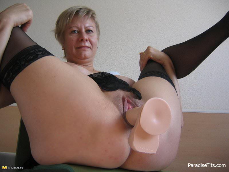 она показалась тетка в чулках трахает сама себя спичках