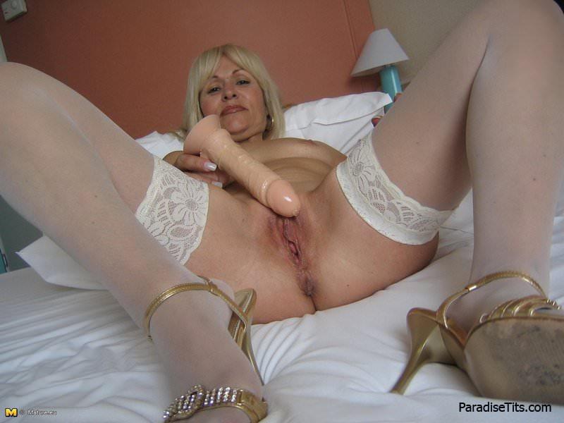 ноги и ляжки зрелых подтянутых стройных женщин на любительских домашних фото