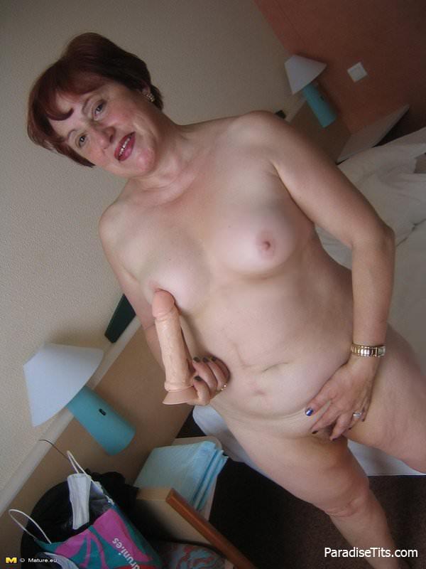 Зрелая дама на порно фото с игрушкой онанирует волосатую письку с широко раздвинутыми ляжками