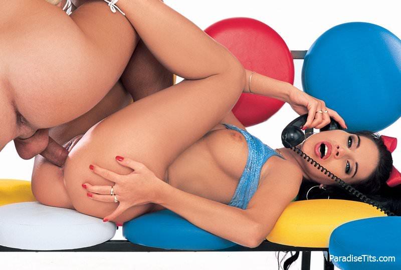 Порно фото с участием молодой симпатичной брюнетки, которая занимается аналом со своим парнем
