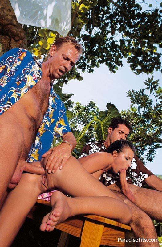 Порно-фото сессия с игривой  девчонкой, которая  решила отдаться двум парням на лоне природы