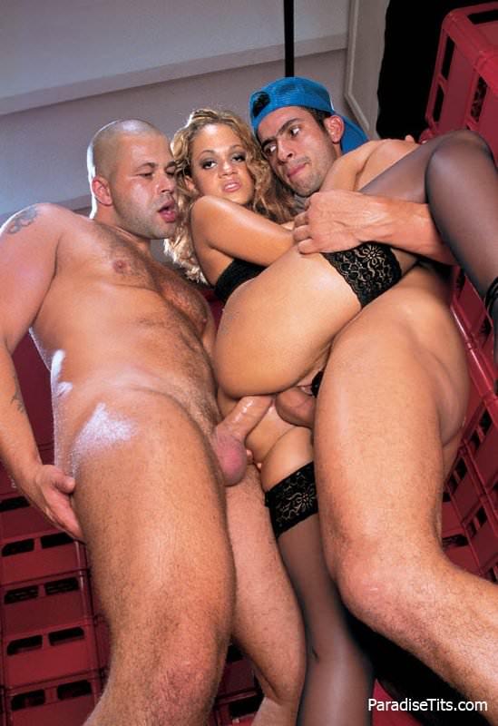 Пылкая блондинка трахается с мужиками и позволяет тем засовывать два члена себе в пизду, что хорошо видно на порно фото
