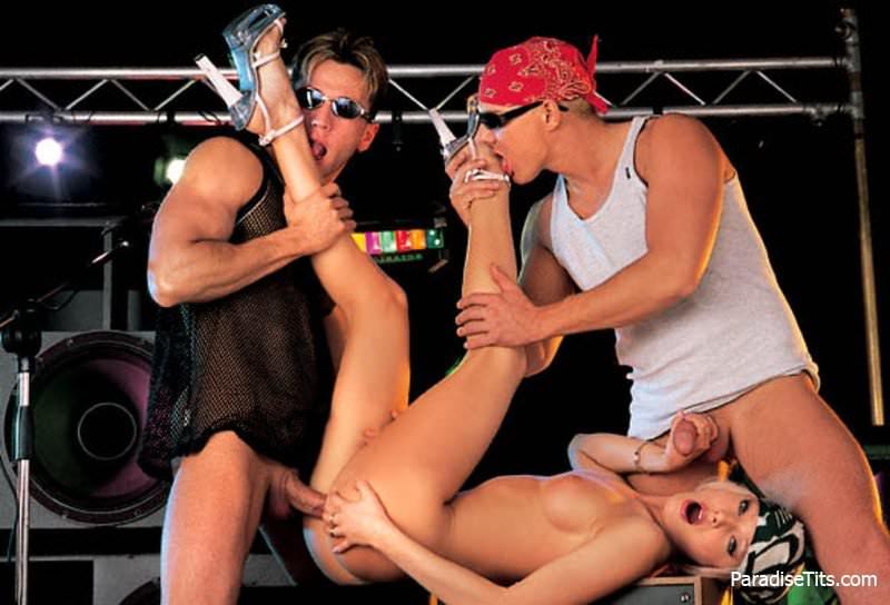 Фото блондинки, которая трахается со своими любимыми рок-музыкантами, а те поливают её спермой