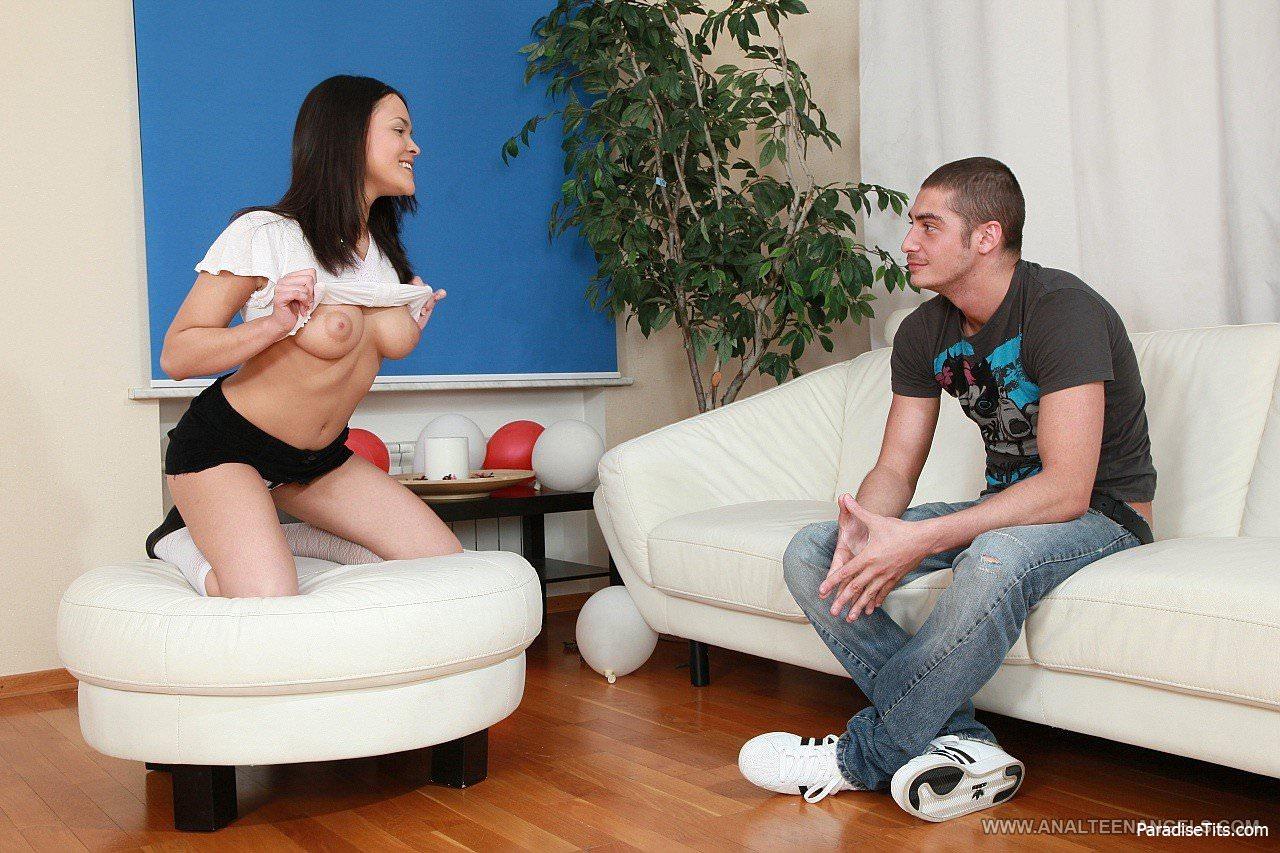 На фото парень трахает свою подружку во все щели, занимается с ней сексом в анал  и кончает в нежный ротик