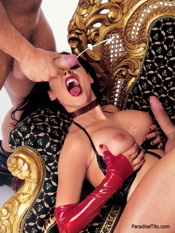 Брюнетка демонстрирует женское нижнее белье с чулками самцам, а затем трахается двойным проникновением
