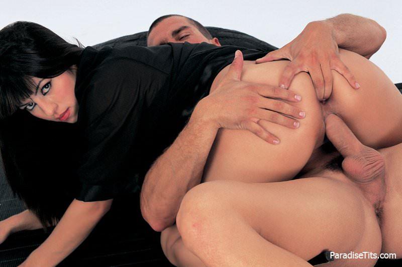 На порно фото гейша с маленькими сиськами  развела на секс с двойным проникновением привлекательных самцов