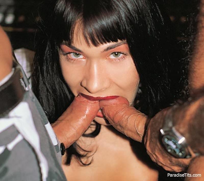 Зрелая брюнетка на фото ебется с волосатым мужчиной и занимается оральным сексом с другим привлекательным любовником