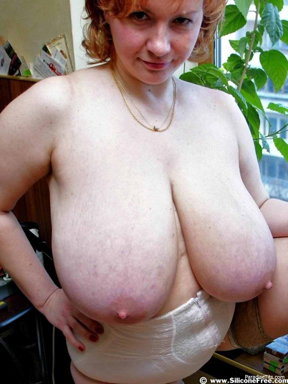 На порно фото зрелая толстая баба показывает свои сокровища - огромнейшие дойки