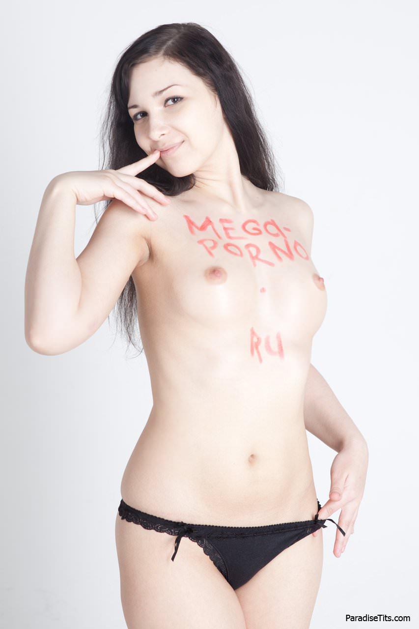 Порно фото со стройной брюнеткой, которая элегантно позирует в одних только трусиках