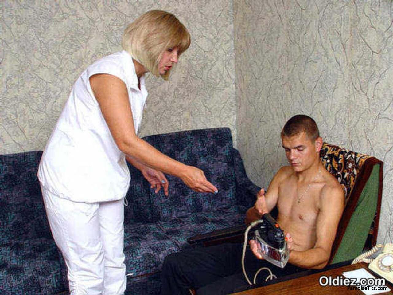 На русских порно фото зрелая бабенка делает минет молодым парням