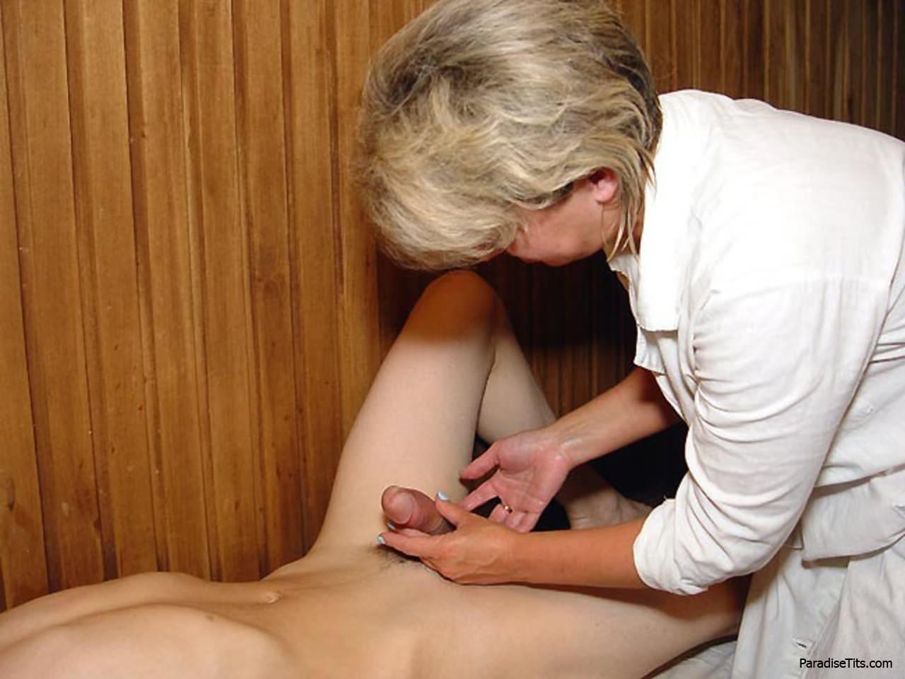 Порно молодой делает массаж взрослой