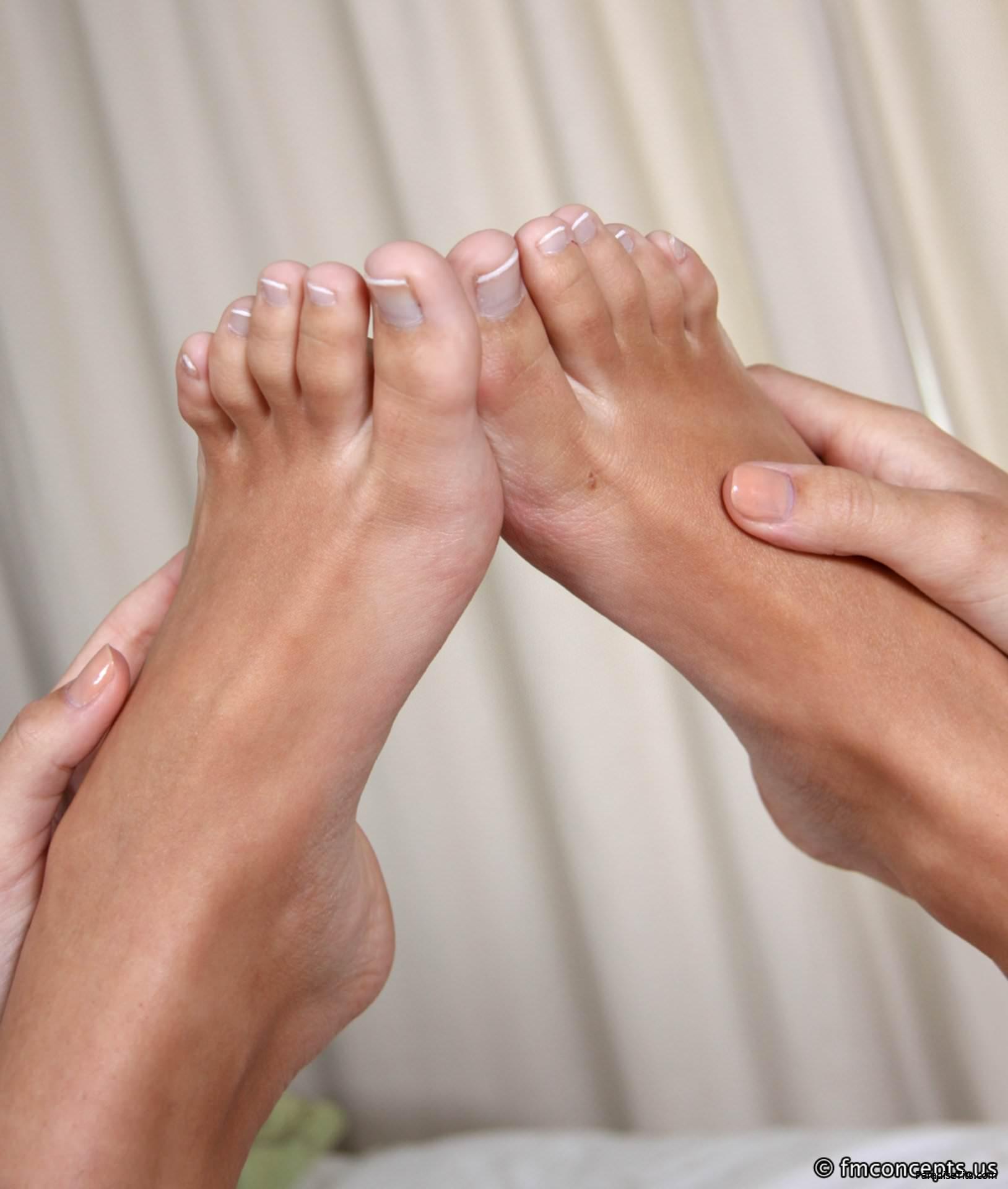 Порно фото с классной шатенкой, которая показывает голое тело и заманчиво двигает ногами