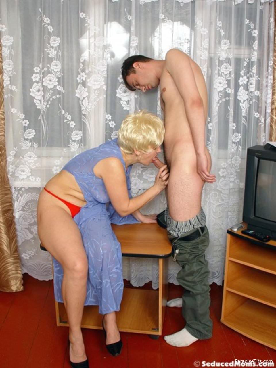 русская зрелая зашла в гости порно можете смотреть