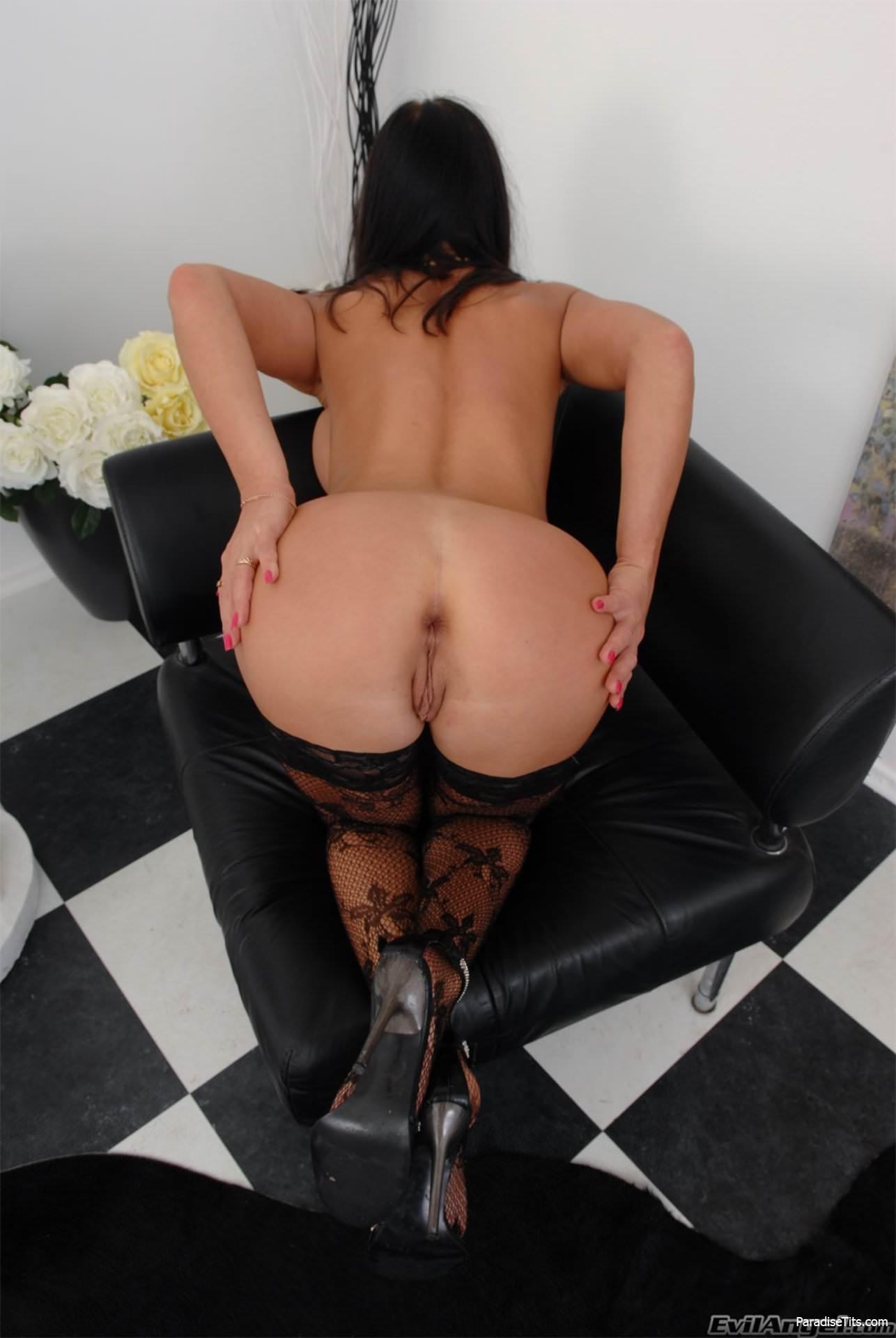 Порно фото с развратной брюнеткой в чулках, которая стоит раком и демонстрирует вагину