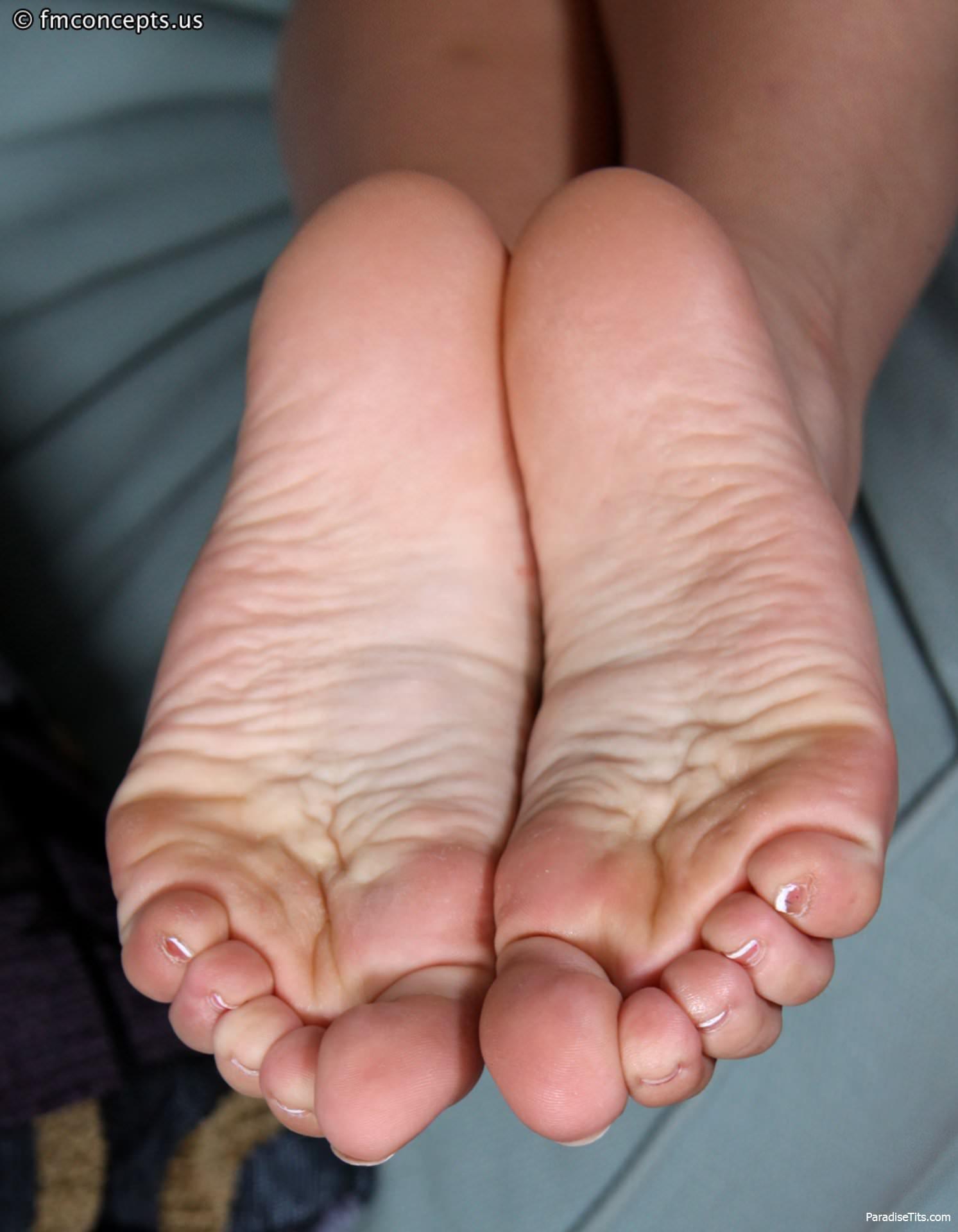 Порно фото с очаровательной девушкой, которая снимает трусики и показывает прелестные ступни