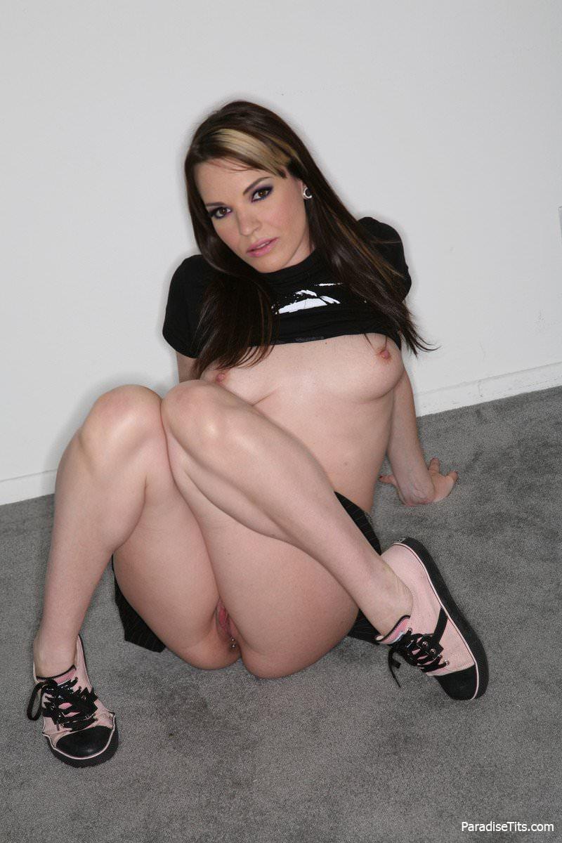 Развратная девочка решила показать свое почти голое тело и красивую пизду на фото