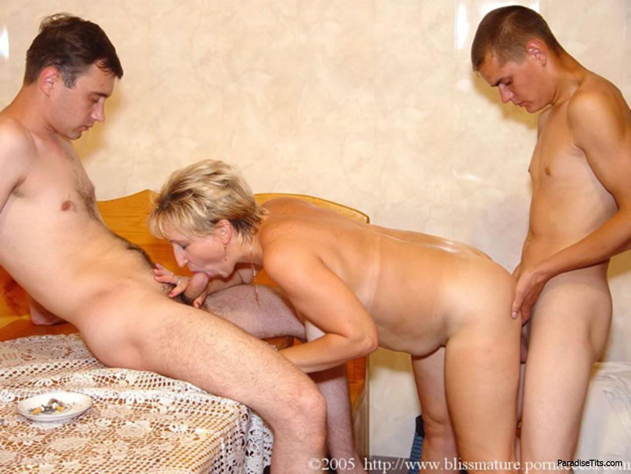 старые бабы в сауне заказали молодых парней - 6