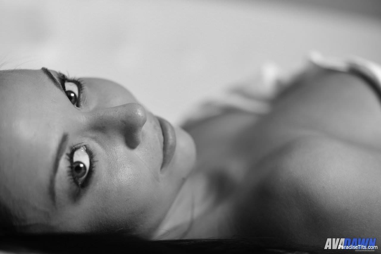 Киска откровенно выставляет напоказ большую грудь на черно-белых порно фото