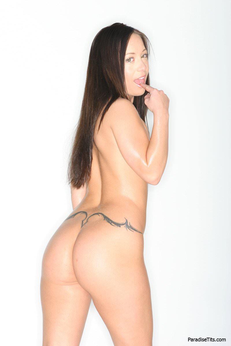 Молодая знойная девочка на порно фото заманчиво раздевается перед камерой