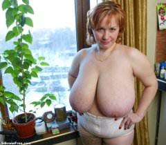 На порно фото грудастая толстая тетка в чулках нежно мнет огромные буфера
