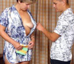 Зрелая похотливая женщина ублажает парня на порно фото