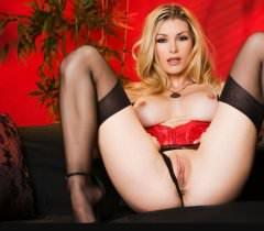 Фото с дьявольской леди в черных чулках и красном корсете
