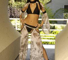 Молодая модель в экзотическом наряде снимает из себя всё, оставаясь голой на порно фото