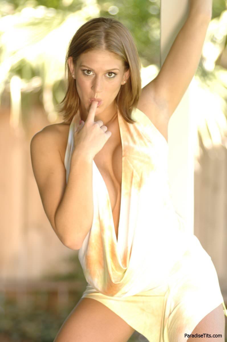 Порно фото в хорошем качестве со страстной блондинкой, которая позирует в экстравагантной одежде
