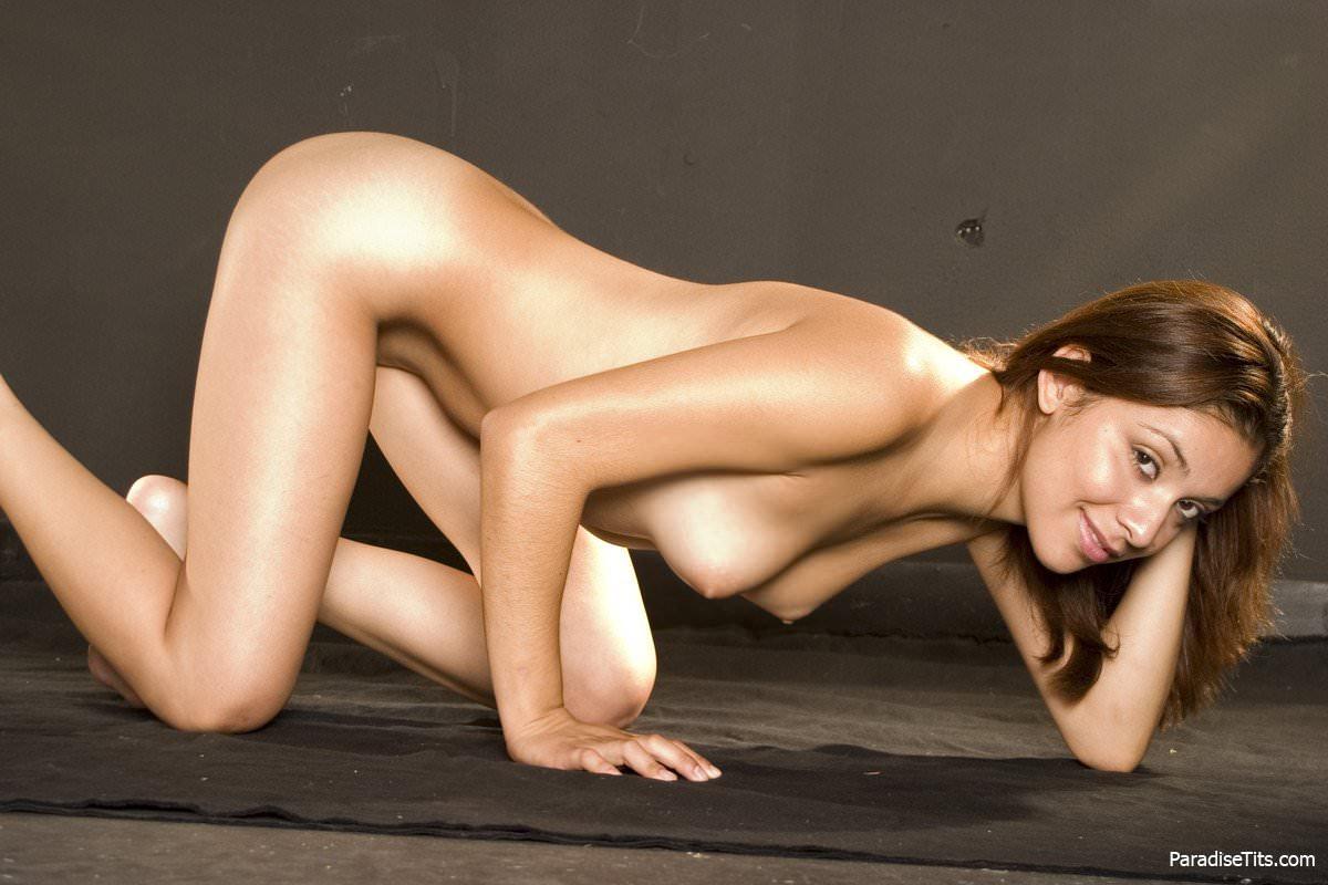 На эротических фото сексапильная рыжая красотка голой встала в позу раком