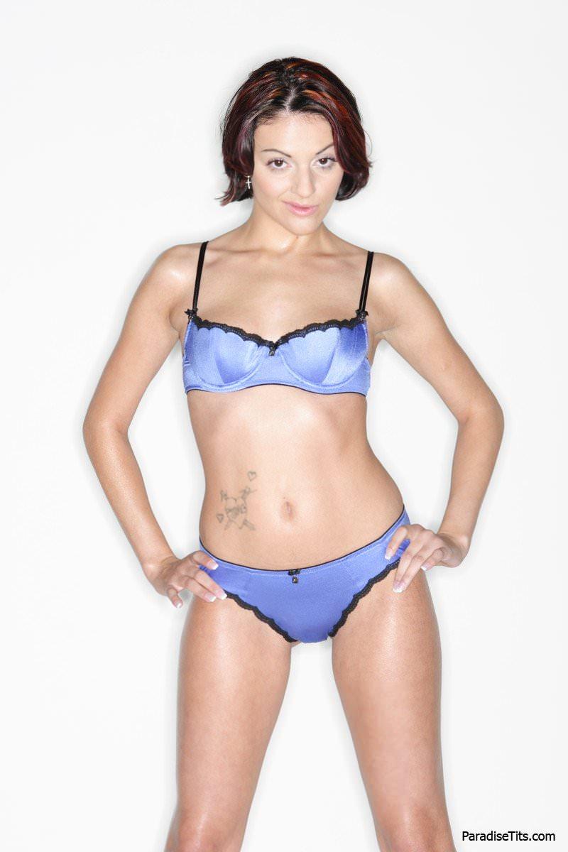 На порно фото женщина с красивой жопой и гладкой пиздой флиртует