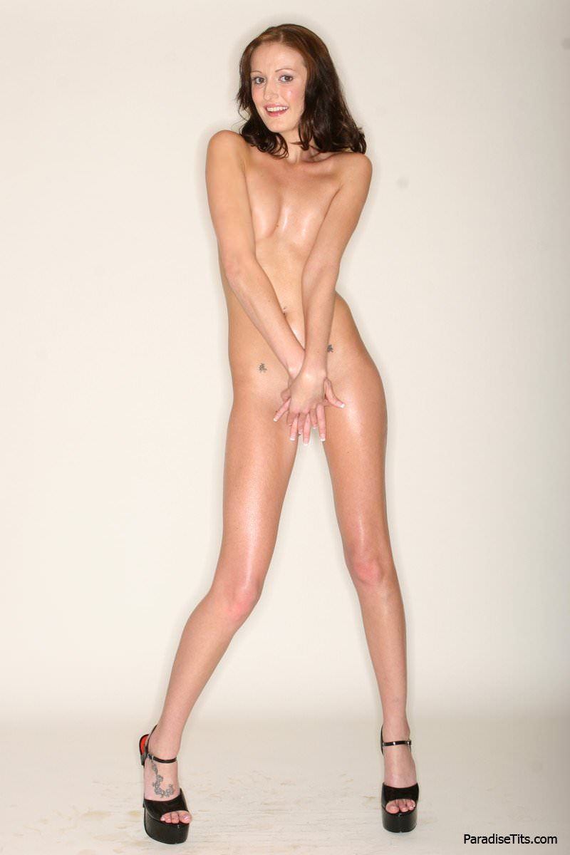 На порно фото худая молодая девка сбрасывает с себя бикини и хвалится маленькими сиськами и попой