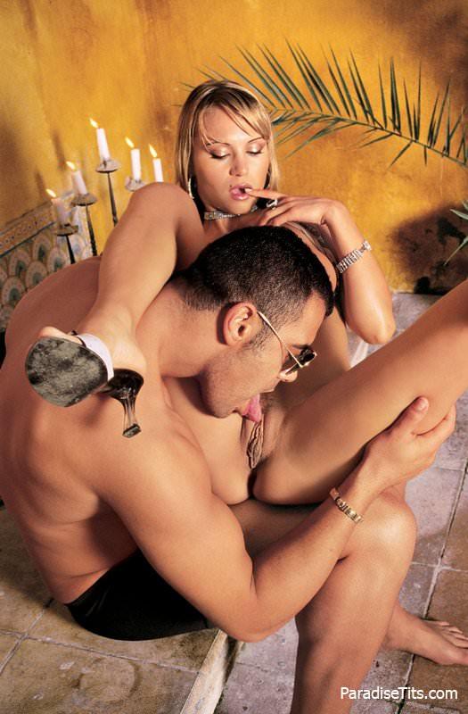 На фото коварная особа с идеальным телом после вагинального секса устроила еблю в очко