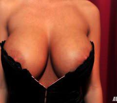 Порно фото со жгучей брюнеткой с огромными сиськами