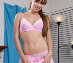 Милая студентка игриво демонстрирует свое обнаженное тело на порно фото