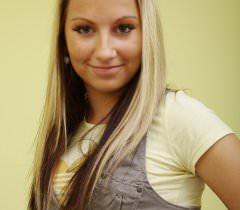 На фото русская сучка с гладкой пиздой эротично стоит в позе раком