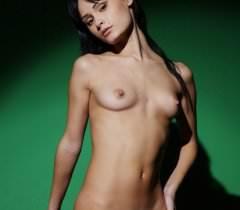 Готическая леди в черных чулках бесплатно снялась для порно фото