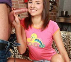 Смотрите на секс фото симпатичной русской девушки, трахающейся с эротичными стонами в анал
