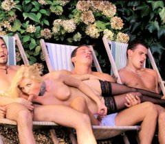 Порно фото, где сексуальную блондинку ебут трое мужиков