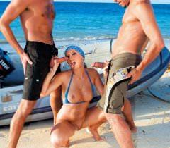 Фото страстного секса на пляже в исполнении развратной блондинки и двух мужиков