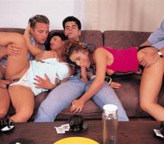 Классные ретро порно фото страстного секса двух дамочек с неугомонными самцами