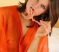 Фото русской красавицы демонстрирующей своё тело и вставляющей в щёлку резиновый самотык