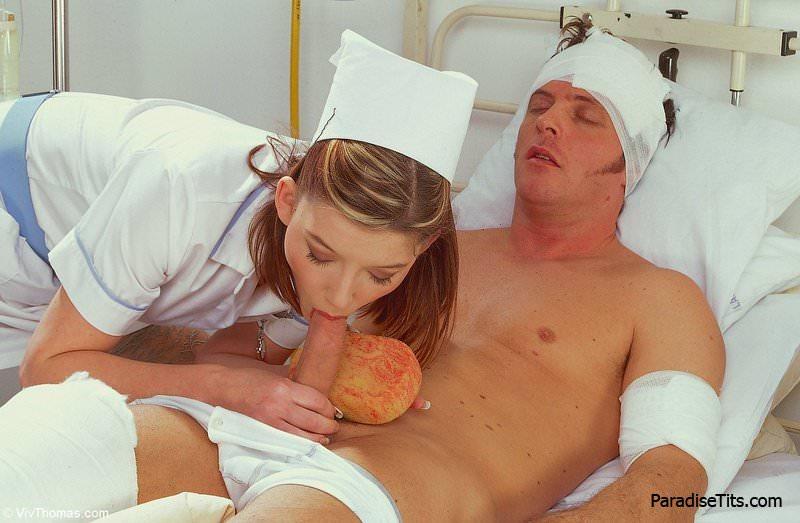 темнокожая медсеста делает миньет